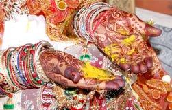 Hindisches Rituale haldi auf Braut ` s übergibt havan phere lizenzfreie stockfotos