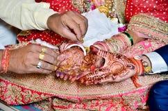 Hindisches Rituale haldi auf Braut ` s Händen lizenzfreie stockbilder