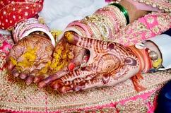 Hindisches Rituale haldi auf Braut ` s Händen lizenzfreie stockfotografie