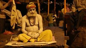 Hindisches sadhu heiliger Mann, der aus den Grund in Varanasi meditiert stock footage