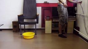 Hindoes-kijkt kerel met naakt torso staat op en loopt aan muur met draden stock video