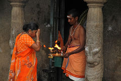 Hindoese ceremonie bij kleine tempel Stock Afbeelding