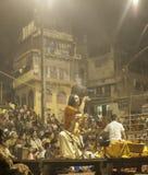 Hindoese Ceremonie op Ghats bij Nacht Stock Foto