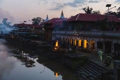 Hindoese Crematierituelen in Pashupatinath, Katmandu royalty-vrije stock afbeelding