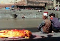 Hindoese Crematies bij Tempel Pashupatinath in Katmandu Nepal Royalty-vrije Stock Afbeelding