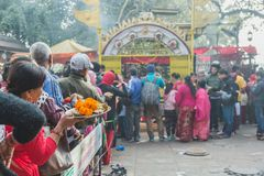 Hindoese gebeden die Aarati bij de Tempel, Hindoese Rituelen aanbieden stock foto's