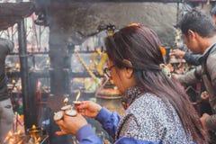 Hindoese gebeden die Aarati bij de Tempel, Hindoese Rituelen aanbieden stock fotografie