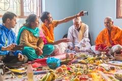 Hindoese Gebeden die Selife nemen tijdens Pooja thuis, Hindoese Rituelen royalty-vrije stock foto