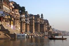 Hindoese Ghats op de Rivier Ganges - Varanasi - India Royalty-vrije Stock Afbeeldingen