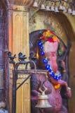 Hindoese God met Klokken en Heilige lampen royalty-vrije stock afbeelding