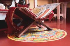 Hindoese heilige scriptures in een altaar bij een tempel royalty-vrije stock afbeelding
