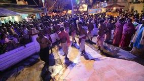 Hindoese liefhebbers die voor Charhak-festival, voor het instemmen van met Bengaals nieuw jaar 1424 dansen stock video
