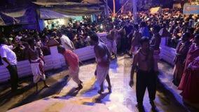 Hindoese liefhebbers die voor Charhak-festival, voor het instemmen van met Bengaals nieuw jaar 1424 dansen stock videobeelden