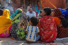 Hindoese mannen en vrouwen in kleurrijke Sari bij Durbar-Vierkant in Nepal Royalty-vrije Stock Fotografie