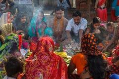 Hindoese mannen en vrouwen in kleurrijke Sari bij Durbar-Vierkant in Nepal Stock Fotografie