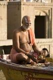 Hindoese mens in godsdienstige overpeinzing - India Stock Afbeeldingen