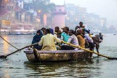 Hindoese mensen in een boot op rivier royalty-vrije stock afbeeldingen