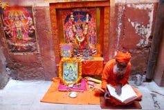 Hindoese piligrimsadhu die op de straat in Indi bidden royalty-vrije stock foto