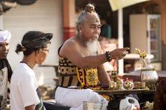 Hindoese spiritual die een nieuw schip, Sampalan, Nusa Penida, Indonesië zegenen stock afbeelding