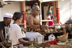 Hindoese spiritual die een nieuw schip, Sampalan, Nusa Penida, Indonesië zegenen royalty-vrije stock foto