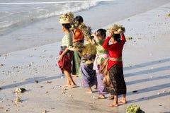 Hindoese spiritual die een nieuw schip, Sampalan, Nusa Penida, Indonesië zegenen stock foto's