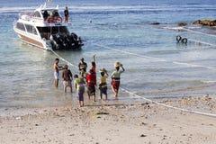 Hindoese spiritual die een nieuw schip, Sampalan, Nusa Penida, Indonesië zegenen stock foto