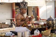 Hindoese spiritual die een nieuw schip, Sampalan, Nusa Penida, Indonesië zegenen royalty-vrije stock foto's