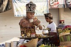 Hindoese spiritual die een nieuw schip, Sampalan, Nusa Penida, Indonesië zegenen royalty-vrije stock fotografie