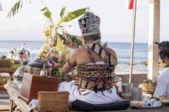 Hindoese spiritual die een nieuw schip, Sampalan, Nusa Penida, Indonesië zegenen stock afbeeldingen