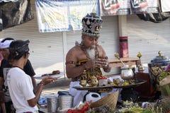 Hindoese spiritual die een nieuw schip, Sampalan, Nusa Penida, Indonesië zegenen royalty-vrije stock afbeeldingen