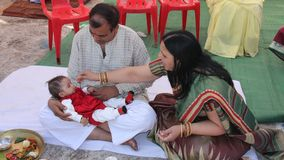 Hindoese traditie voor het eerste stevige voedsel van de baby door haar Royalty-vrije Stock Afbeeldingen