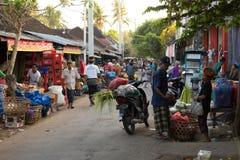 Hindoese volkeren bij de traditionele straatmarkt, Bali Stock Afbeelding