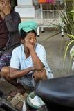 Hindoese vrouw, dorp Toyopakeh, Nusa Penida 21 Juni 2015 Indonesië Stock Afbeelding