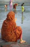 Hindoese vrouw in gebed naast Rivier Ganges Stock Foto