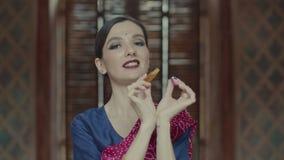 Hindoese vrouw het openen fles en het toepassen van parfum stock footage