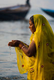 Hindoese Vrouw Tot een kom gevormde het Bidden Ganges Rivier Varanasi royalty-vrije stock fotografie