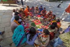 Hindoese vrouwen in traditionele Sari bij Durbar-Vierkant in Nepal Royalty-vrije Stock Fotografie