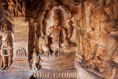 Hindu-Lord Vishnu-Sitzplätze auf Schlange Sesha Tempel des 6. Jahrhunderts in der Stadt Badami, Indien Stockbilder