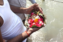 Hindu offerings to the Ganges Royalty Free Stock Photos