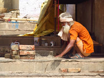 Hindu piligrim man in orange clothes in Varanasi Royalty Free Stock Images