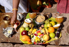 HINDU WOMEN PERFROM A RITUAL OFFERING Royalty Free Stock Images