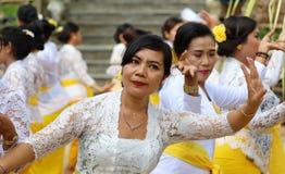 Hinduisk beröm på Bali Indonesien, religiös ceremoni med vita färger för guling och, kvinnadans arkivfoto