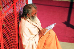 Hinduisk bramin som läser en bok Royaltyfria Bilder