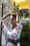 Hinduisk ceremoni till, in - Nusa Penida, Indonesien Royaltyfri Fotografi