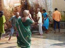 hinduisk gather vallfärdar den sakrala fjädern royaltyfri fotografi