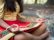 Hinduisk kvinna som mediterar i parkera Fotografering för Bildbyråer