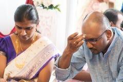 Hinduisk man som sätter tilak Royaltyfria Bilder
