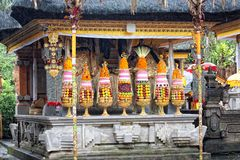 Hinduisk mat som erbjuder i en Tampak som är far till templet, Bali Royaltyfri Bild