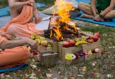 Hinduisk ritual med matlagning royaltyfria foton