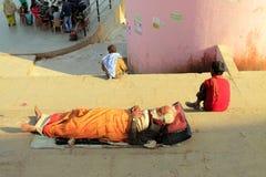Hinduisk sadhusleepin på ghatsna Arkivbilder